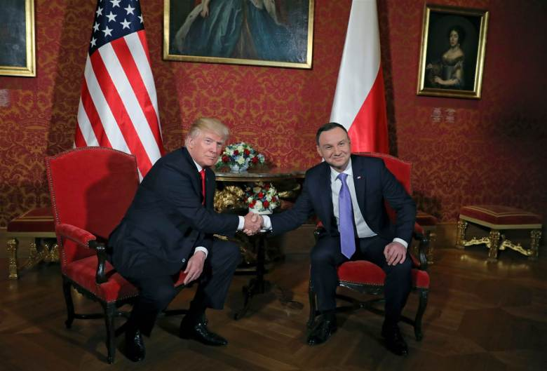 170706-world-warsaw-trump-duda-handshake-0418_66e7552cd82c145bd9c9514183b28479-nbcnews-ux-2880-1000